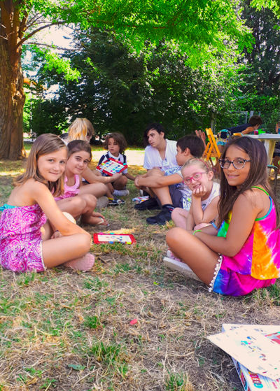 city camp bambini che studiano inglese all'aria aperta