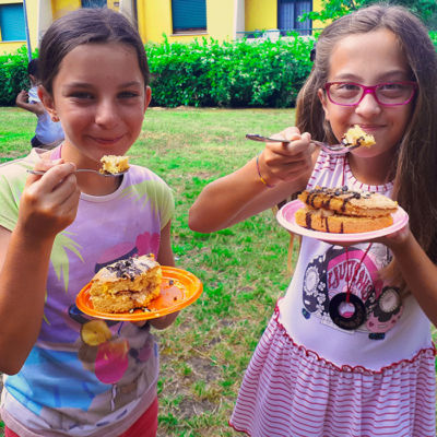 bambine con torta centro estivo inglese fano