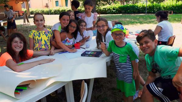 bambini che disegnano al centro estivo di inglese fano